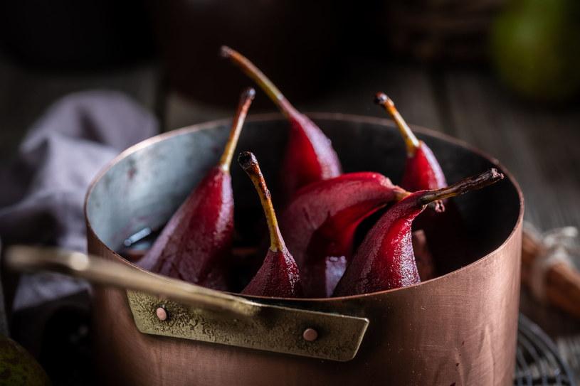 Czerwone gruszki w winie to znakomity pomysł na jesienny deser /123RF/PICSEL