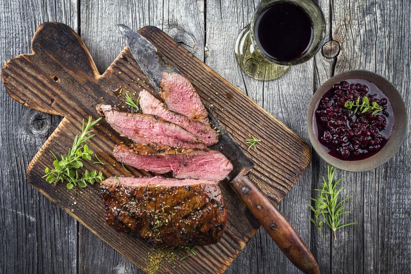 Czerwone mięso i wino /©123RF/PICSEL