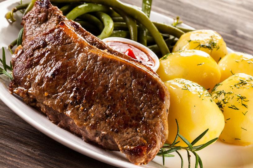 Czerwone mięso jedz zawsze z ziemniakami gotowanymi na parze! /123RF/PICSEL