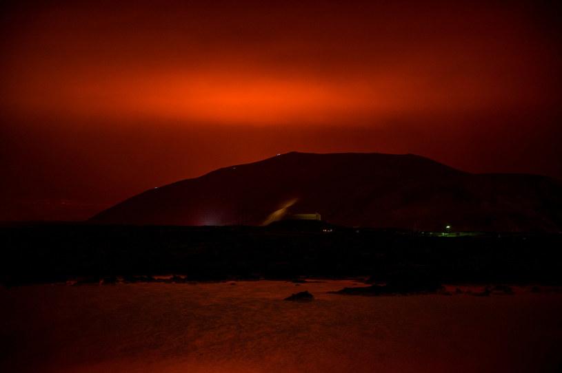 Czerwone niebo nad Islandią po erupcji wulkanu /HALLDOR KOLBEINS/AFP/ /East News