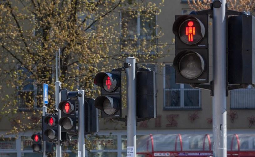 """Czerwone światło dla pieszych ma być tylko """"wskazówką""""? /Arkadiusz Ziółek /East News"""