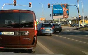 Czerwone światło? Dla tego kierowcy to nie problem!
