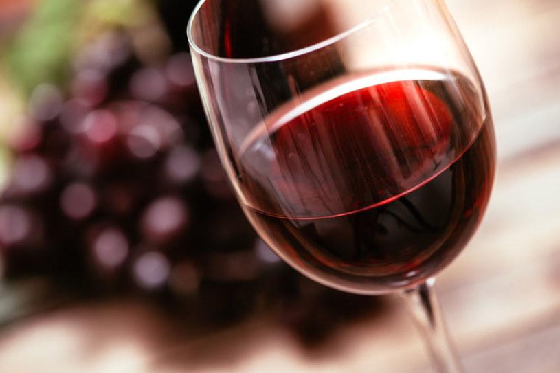 Czerwone wino może przebarwiać zęby /123RF/PICSEL