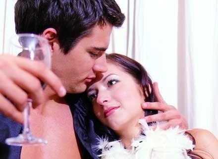 Czerwone wino na słuch, seks dobry na zmysł dotyku... /INTERIA.PL