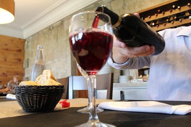 Czerwone wino wspomaga trawienie /foto. pixabay /