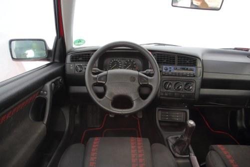 Czerwone wstawki i niebieski panel radia to seryjne wyposażenie Golfa III GTI. Z rzadka zdarza się Climatronic. /Motor