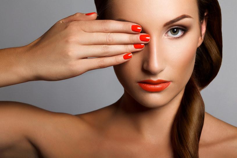 Czerwonego lakieru do paznokci należy unikać podczas spotkań biznesowych. Jest zbyt wyzywający i odciąga uwagę /123RF/PICSEL