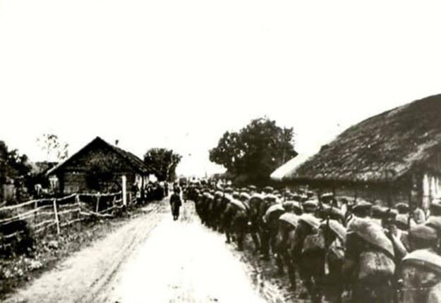 Czerwonoarmiści wkraczający do wsi w rejonie Mołodeczna /materiały prasowe