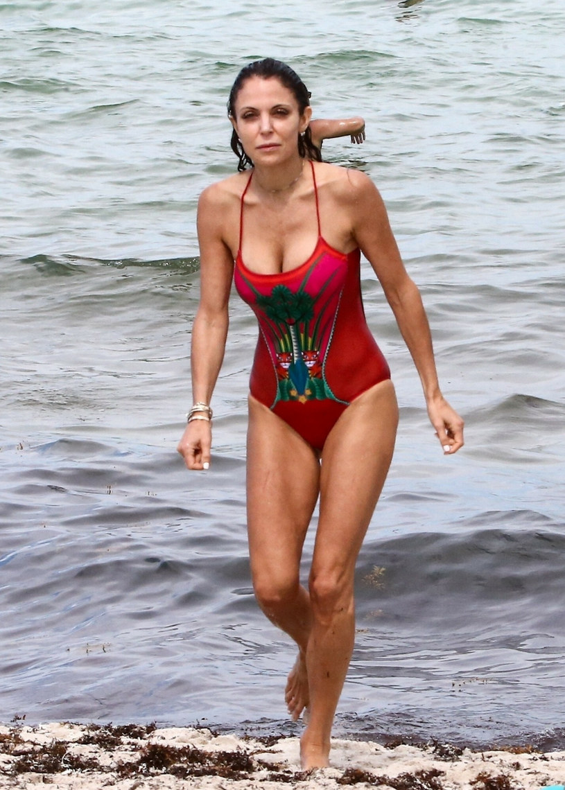 Czerwony kostium kąpielowy podkreślał smukłą figurę gwiazdy /BACKGRID /East News