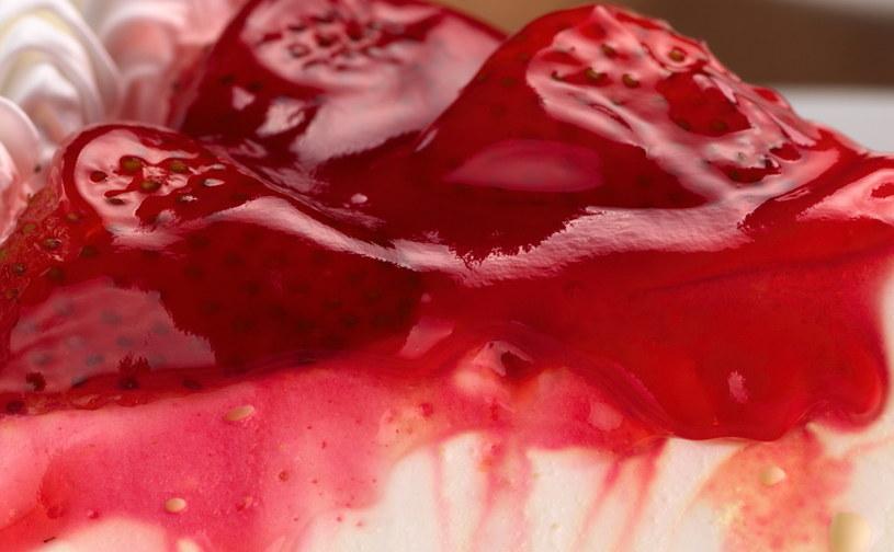 Czerwony sernik to świetny pomysł na walentynki /123RF/PICSEL