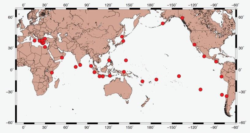 Czerwonymi punktami zaznaczono miejsca na świecie nawiedzone przez tsunami. Nie brakuje źródeł potwierdzających, że taki kataklizm dotknął również ziemie polskie /Wikimedia Commons /domena publiczna
