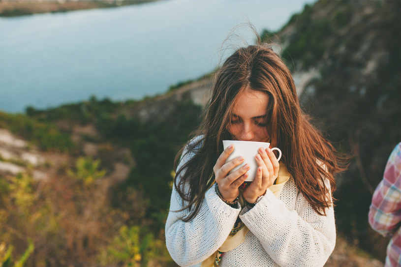 Część badanych pań powiedziała nawet, że skreśliłaby faceta, który podałby jej niedobrą herbatę /123RF/PICSEL