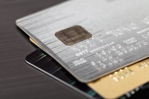 Część banków wydaje karty kredytowe, które mają usługę moneyback /Expander.pl