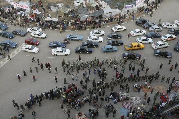 Część demonstrantów jednak wciąż pozostaje na placu /AFP