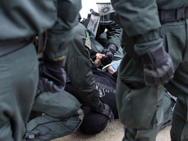 Część demonstrantów usiłowała sforsować policyjną barierę fot. Oliver Berg /AFP