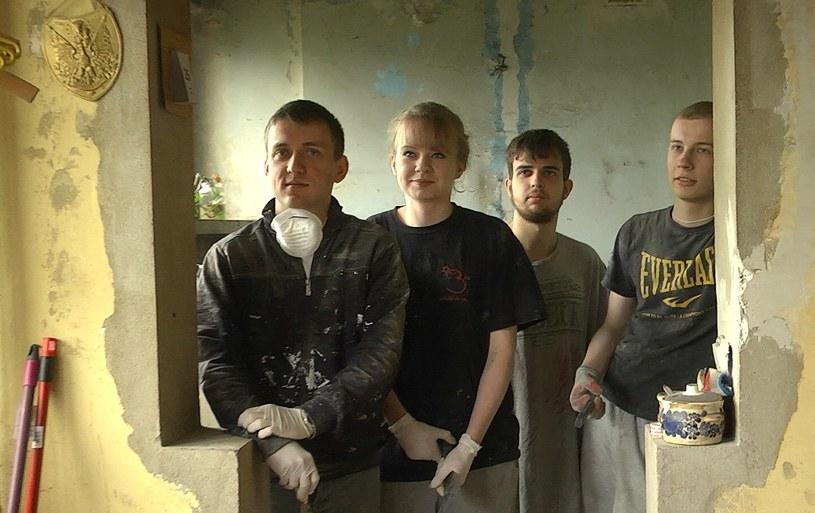 Część młodzieży pracującej w mieszkaniu /INTERIA.PL