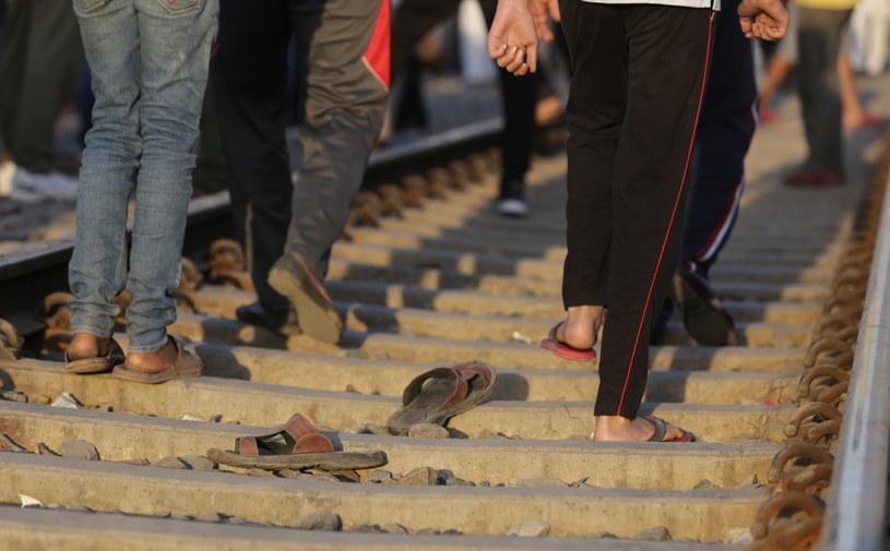 Część osób stała na torach, by mieć lepszy widok - relacjonuje portal Times Now /RAMINDER PAL SINGH    /PAP/EPA