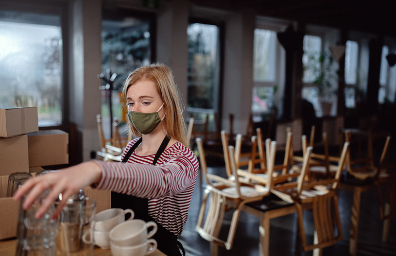 Część restauratorów zaczyna wynajmować powierzchnie (np. biurka) do pracy /123RF/PICSEL