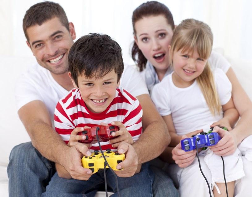 Część rodziców zapowiada zakup konsoli do gier /123RF/PICSEL