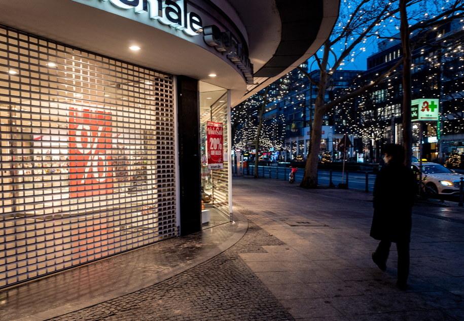 Część sklepów w galeriach handlowych po świętach została zamknięta /FILIP SINGER /PAP/EPA