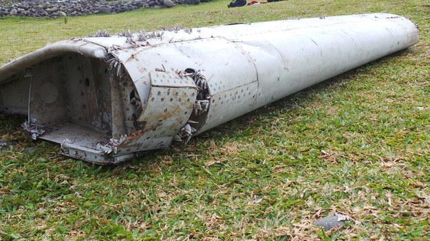 Część skrzydła samolotu odnaleziona w ubiegłym tygodniu /PAP/EPA