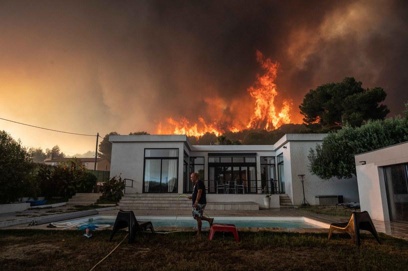 Część turystów wpadła w panikę, widząc zbliżającą się do kempingów ścianę ognia. /XAVIER LEOTY/AFP /East News