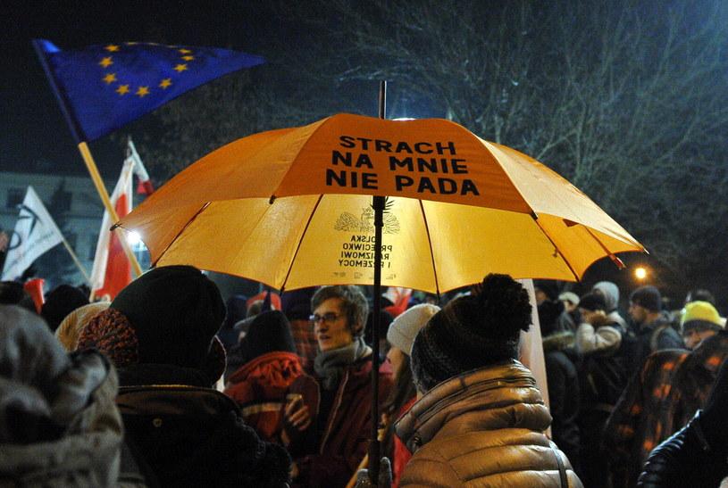 Część uczestników protestu zorganizowanego przed Sejmem przez Komitet Obrony Demokracji blokuje wyjazd posłów Prawa i Sprawiedliwości z Sejmu /Marcin Obara /PAP