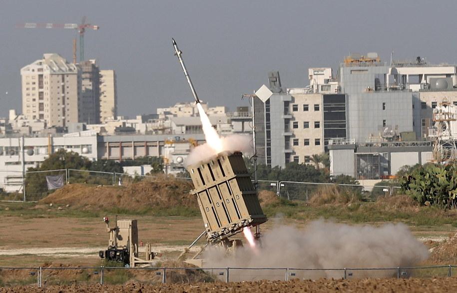 Część wystrzelonych ze Strefy Gazy rakiet jest przechwytywana przez izraelski system antyrakietowy Żelazna Kopuła (na zdjęciu) /ATEF SAFADI  /PAP/EPA