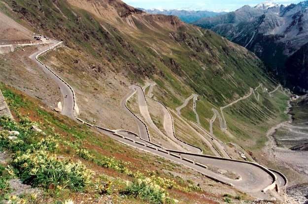 Część z licznych serpentyn trasy prowadzącej na przełęcz od strony północnej /