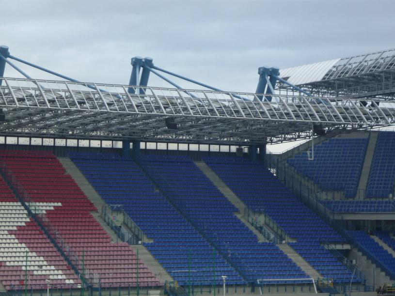 Część zadaszenia stadionu, zabezpieczająca przed zacinaniem deszczu została zdemontowana. /Michał Białoński /INTERIA.PL