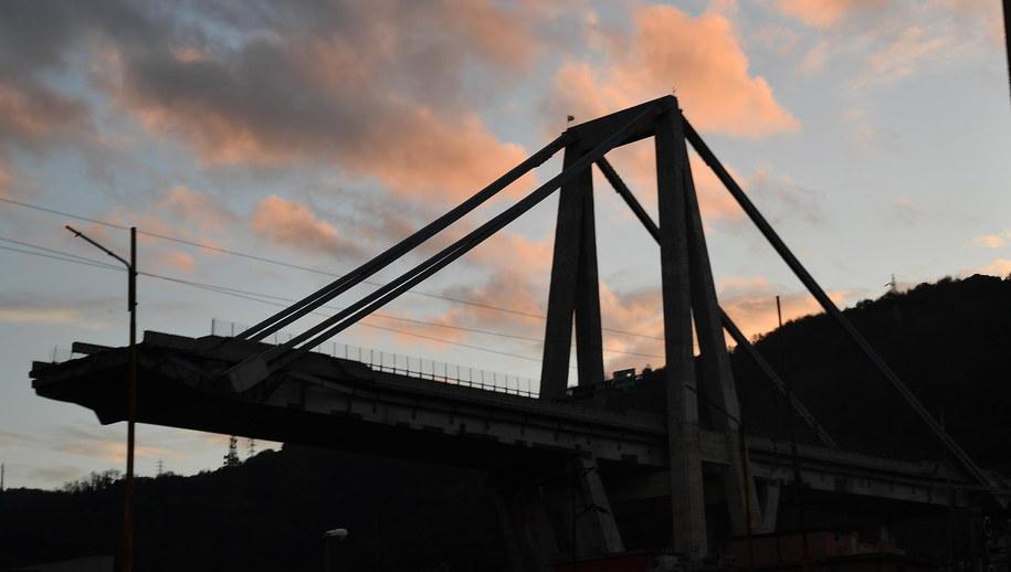 Część zawalonego mostu /LUCA ZENNARO /PAP/EPA