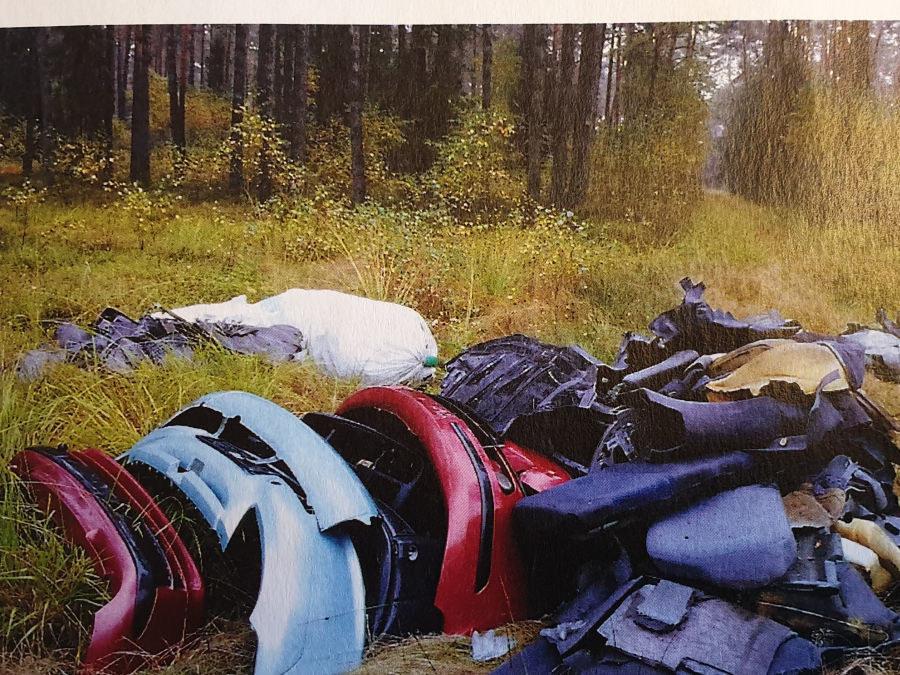 Części porzucone w lesie /Policja