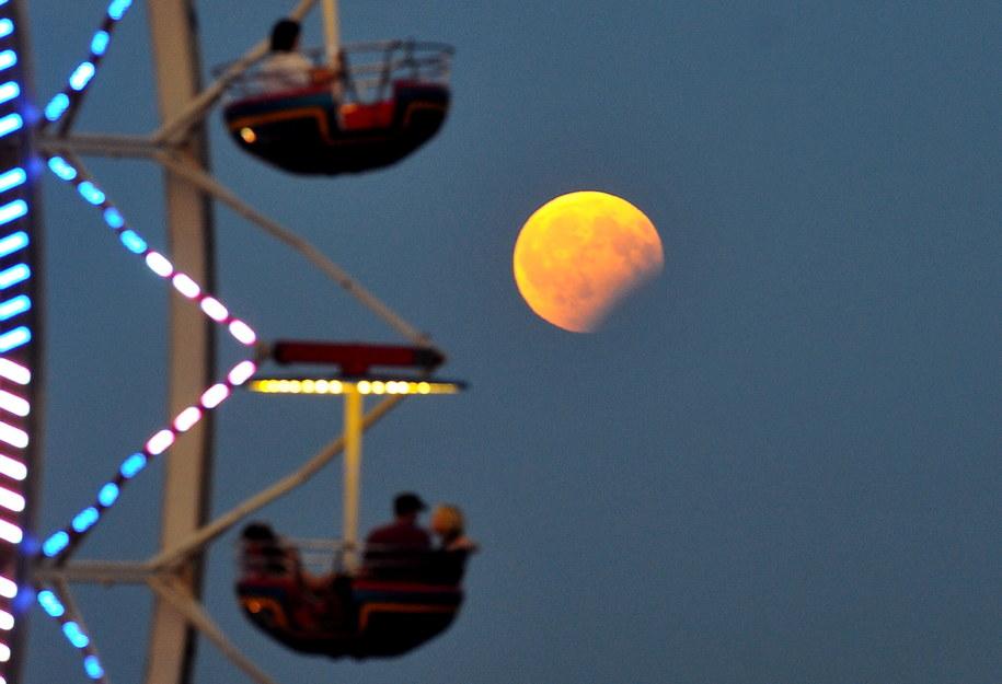 Częściowe zaćmienie Księżyca nad Szczecinem, sierpień 2017 / Marcin Bielecki    /PAP