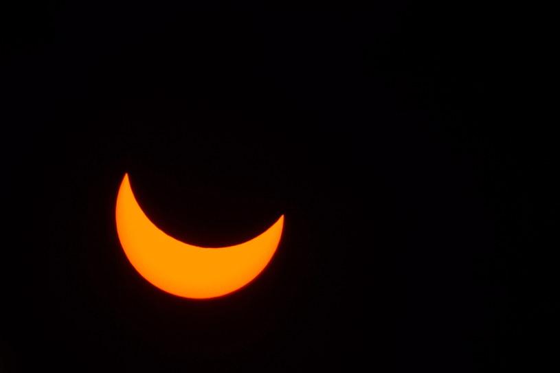 Częściowe zaćmienie Słońca widziane przez folię magnetyczną z dyskietki /Wojciech Pacewicz /PAP
