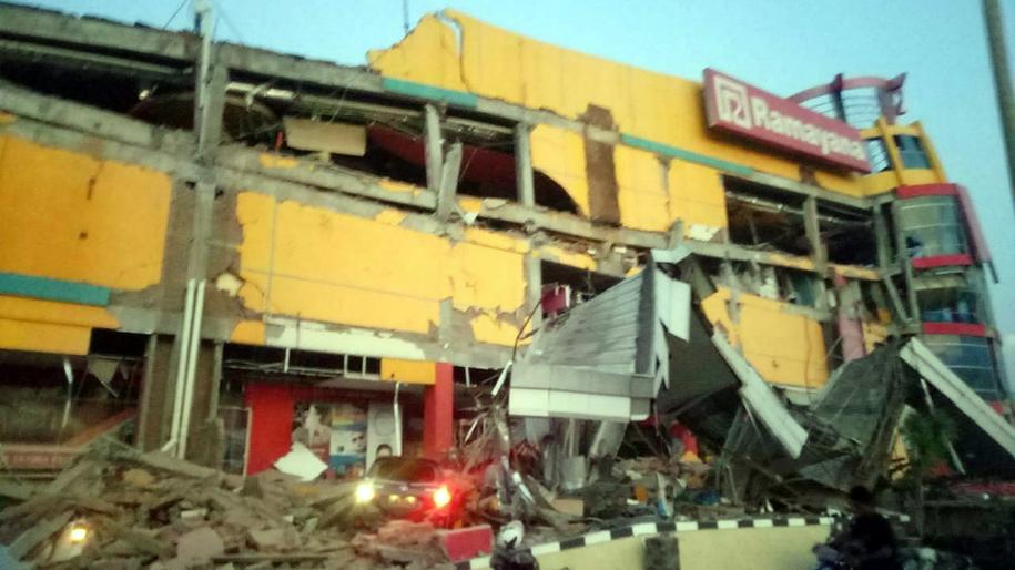 Częściowo zawaliło się centrum handlowe /BNPB HANDOUT /PAP/EPA