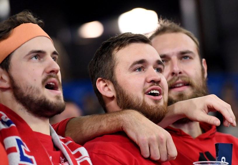 Czescy kibice śpiewają hymn /AFP