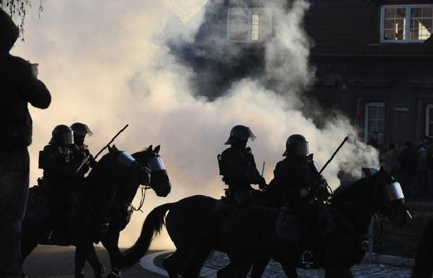 Czescy policjanci na koniach w czasie interwencji w Litvinovie /AFP