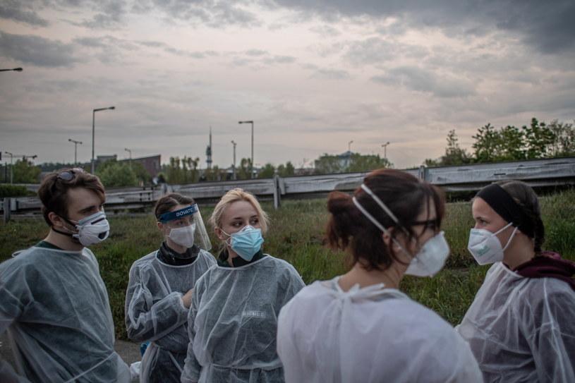 Czescy studenci pomagający bezdomnym /Martin Divisek /PAP/EPA