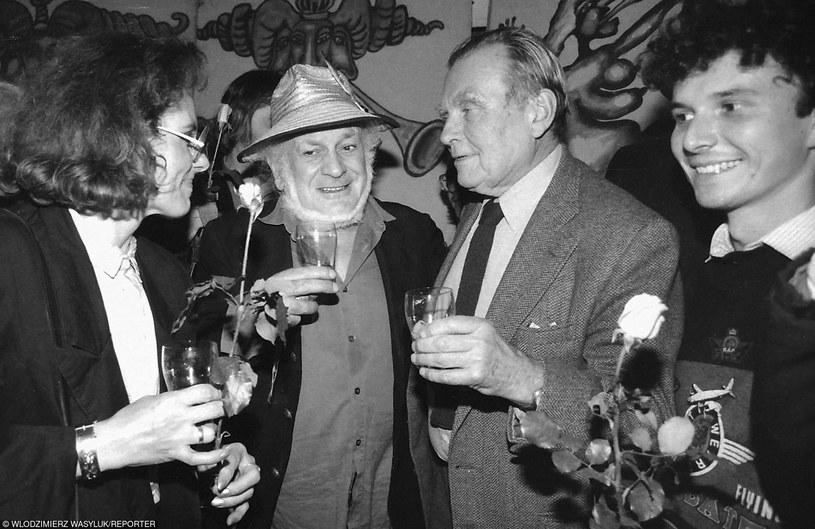 Czesław Miłosz odwiedza Piwnicę Pod Baranami w 1989 roku. Po lewej stronie poety - Jacek Wójcicki /Włodzimierz Wasyluk /Reporter