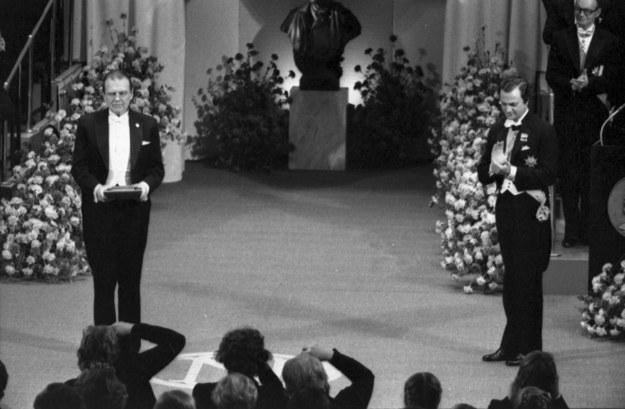 Czesław Miłosz podczas ceremonii wręczenia Nagrody Nobla w dziedzinie literatury 10 grudnia 1980 roku /Jerzy Undro/CAF /PAP