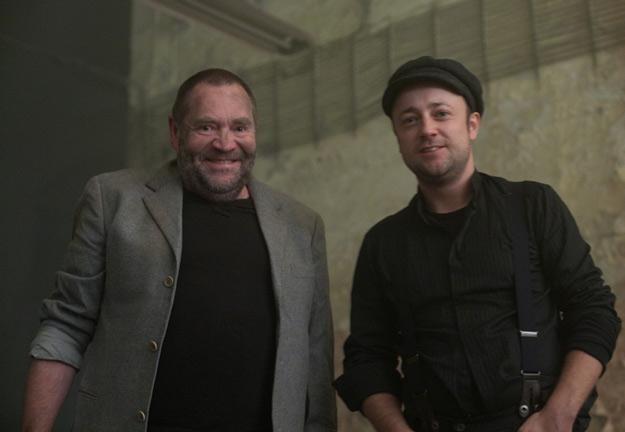 """Czesław Mozil (z prawej) na planie teledysku """"Do Laury"""" /Mystic Production"""