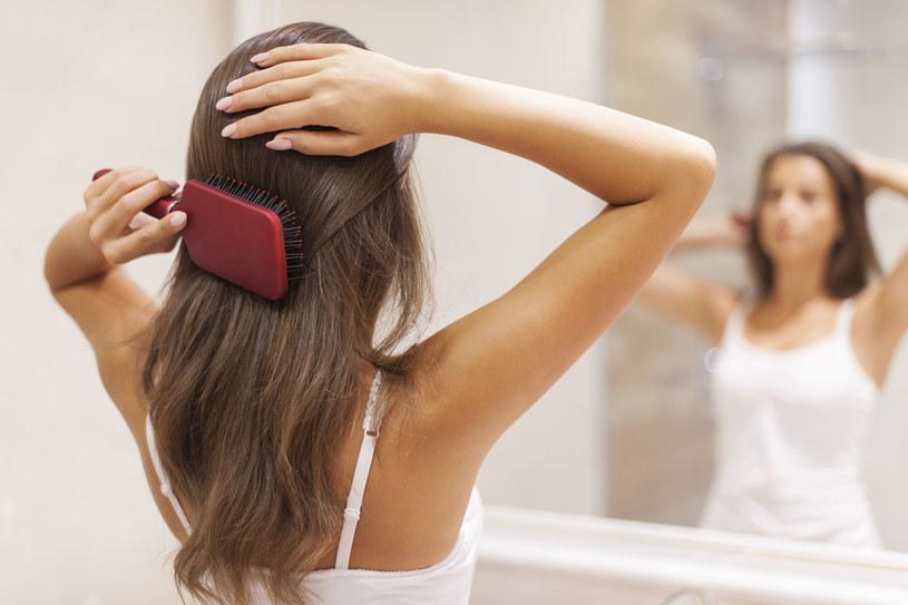 Częste dotykanie włosów przyspiesza przetłuszczanie się ich /123RF/PICSEL