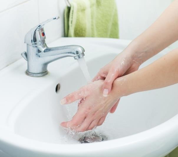 Częste mycie dłoni przesusza skórę /123RF/PICSEL