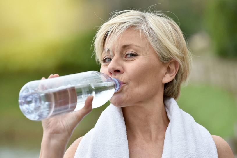 Częste picie wody może pomóc uporać się z halitozą /123RF/PICSEL