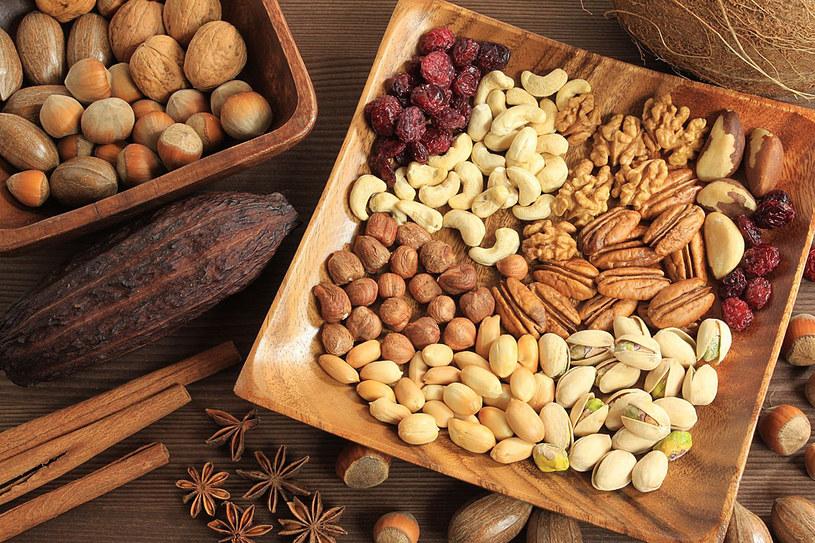 Częste spożywanie orzechów wiąże się też z rzadszym zachorowaniem na cukrzycę typu II, raka trzustki i jelita grubego u kobiet /123RF/PICSEL