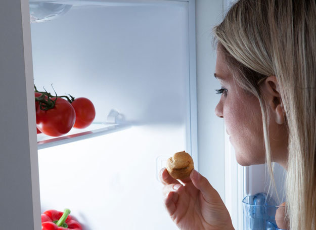 Często i mimowolnie sięgamy po cukierki, ciastka czy żelki /123RF/PICSEL