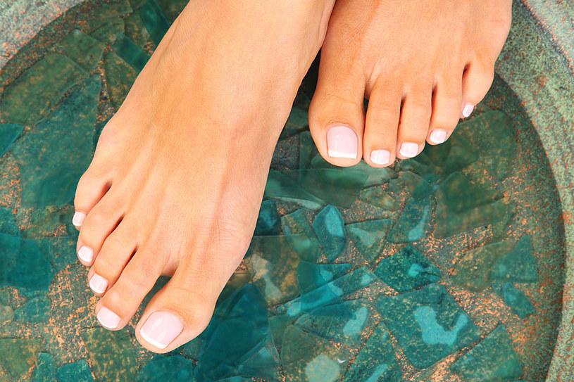 Często w codziennej pielęgnacji zapominamy o stopach. Warto zmienić przyzwyczajenia, zwłaszcza teraz, gdy lato zbliża się wielkimi krokami /123RF/PICSEL