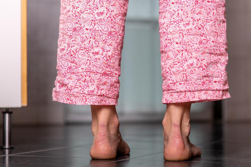 Często zdarza się, że w jednej piżamie śpimy i... chodzi na co dzień po domu /123RF/PICSEL