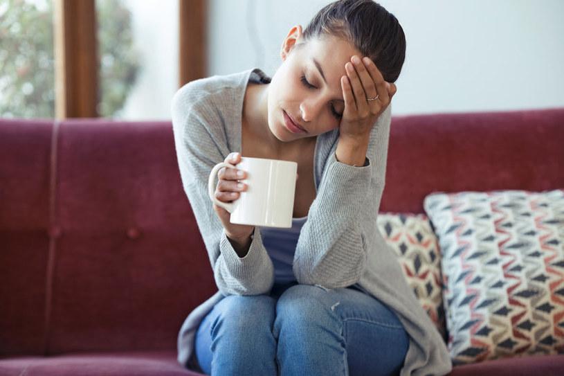 Częsty ból głowy może być przyczyną skoków ciśnienia /123RF/PICSEL