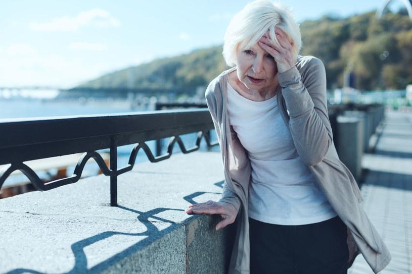 Częstym objawem udaru jest ból głowy, znacznie mocniejszy niż zwykle /123RF/PICSEL